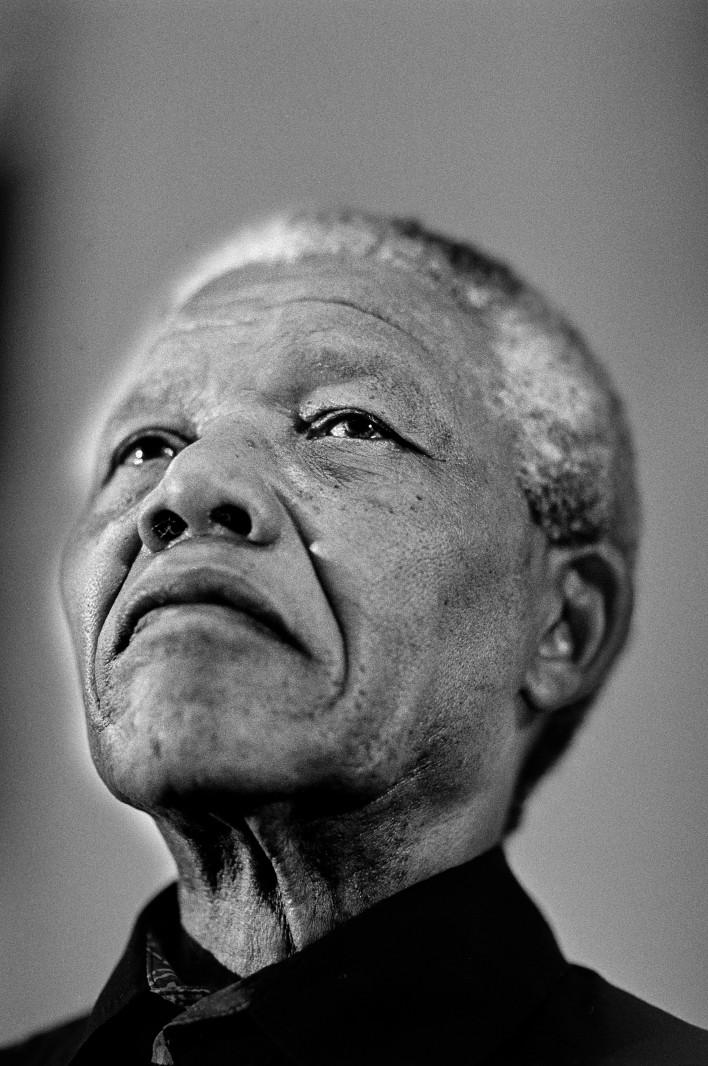 Aan de voeten van Nelson Mandela © Jaco Klamer www.klamer-staal.nl