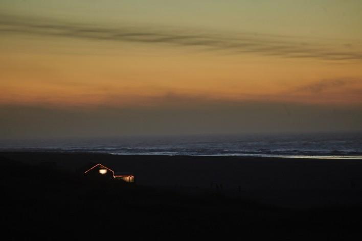 Zon, strand en silhouetten