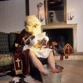 Sint geeft 't toe: hij is hóndsmoe! © Jaco Klamer www.klamer-staal.nl