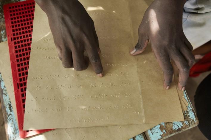 Blinde Braille bedenkt tastbaar schrift